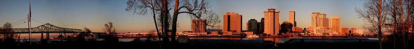 Panorama dell'orizzonte di New Orleans ad alba immagini stock libere da diritti