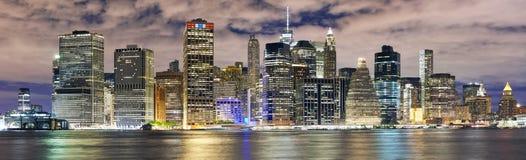 Panorama dell'orizzonte di New York alla notte, U.S.A. Fotografia Stock Libera da Diritti