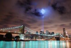 Panorama dell'orizzonte di New York City alla notte Fotografia Stock Libera da Diritti