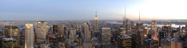Panorama dell'orizzonte di New York al crepuscolo Fotografia Stock