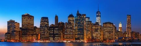 Panorama dell'orizzonte di New York di notte Immagini Stock