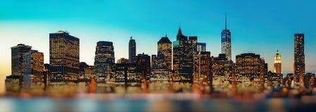 Panorama dell'orizzonte di New York di sera Fotografie Stock Libere da Diritti