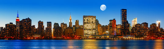 Panorama dell'orizzonte di New York di sera tardi Immagini Stock