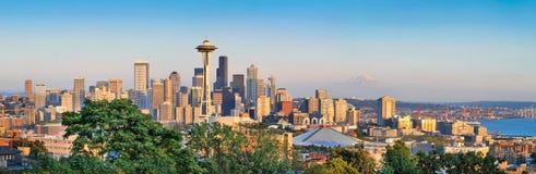 Panorama dell'orizzonte di Seattle al tramonto Fotografie Stock