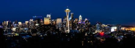 Panorama dell'orizzonte di Seattle alla notte fotografie stock