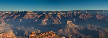 Panorama dell'orlo del sud del Grand Canyon ad alba Fotografia Stock Libera da Diritti