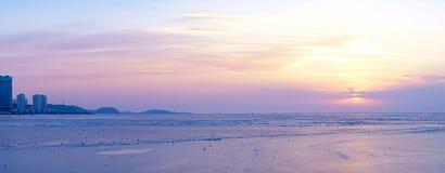 Panorama della baia dell'Amur al tramonto con la gente sulla superficie ghiacciata del mare immagine stock libera da diritti