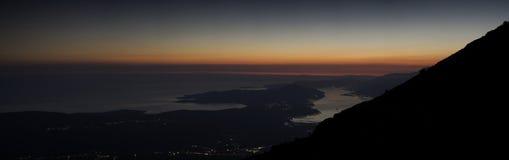 Panorama della baia di Cattaro alla notte fotografia stock libera da diritti