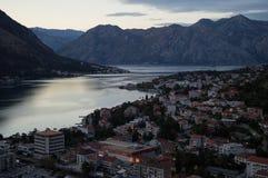 Panorama della baia di Cattaro con paesaggio della montagna visto dall'allerta Immagini Stock