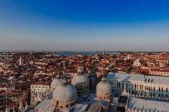 Panorama della basilica del ` di St Mark e della città s al tramonto a Venezia fotografie stock libere da diritti