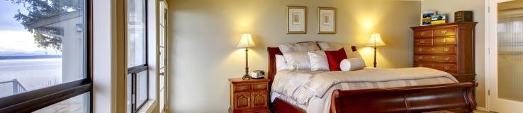 Panorama della camera da letto matrice con la vista dell'acqua. fotografia stock libera da diritti