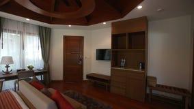 panorama della camera di albergo del letto matrimoniale archivi video