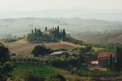 Panorama della campagna della Toscana, Rolling Hills e campi verdi sopra fotografie stock libere da diritti