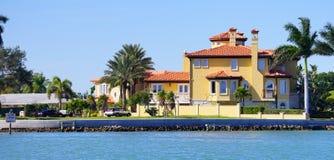 Panorama della casa di spiaggia di lusso con l'aggancio fotografia stock libera da diritti