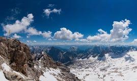 Panorama della catena montuosa delle alpi dalla montagna di Zugspitze Immagini Stock