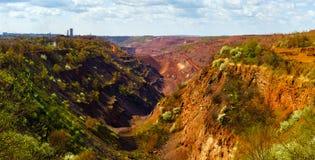 Panorama della cava del ferro Fotografie Stock Libere da Diritti