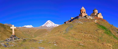 Panorama della chiesa di trinità santa, Kazbegi, Georgia Immagine Stock
