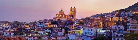 Panorama della città al tramonto, Messico di Taxco fotografie stock libere da diritti