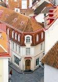 Panorama della città da una piattaforma di osservazione di vecchi tetti della città tallinn L'Estonia fotografia stock