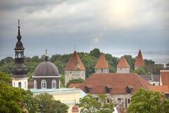 Panorama della città da una piattaforma di osservazione di vecchie punte della città delle chiese e delle torri antiche tallinn L fotografia stock libera da diritti