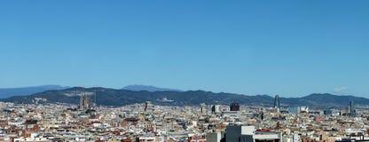 Panorama della città di Barcellona che mostra il distretto aziendale della cattedrale e che alloggia con le montagne nella distan Fotografia Stock Libera da Diritti