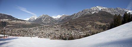 Panorama della città di Bormio, Italia Fotografia Stock