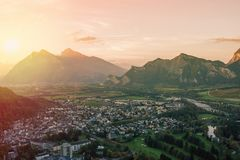 Panorama della città di cattivo Ragaz contro lo sfondo delle alpi svizzere al tramonto cattivo ragaz Svizzera Immagini Stock