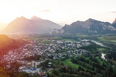 Panorama della città di cattivo Ragaz contro lo sfondo delle alpi svizzere al tramonto cattivo ragaz Svizzera Fotografia Stock Libera da Diritti