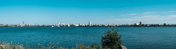 Panorama della città di Ekaterinburg dalla riva dello stagno fotografie stock
