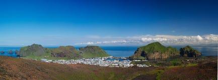 Panorama della città di Heimaey, arcipelago Islanda di Vestmannaeyjar fotografie stock libere da diritti