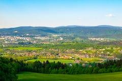 Panorama della città di Liberec con le montagne sui precedenti, repubblica Ceca di Jizera Giorno di sorgente pieno di sole Fotografie Stock
