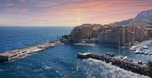 Panorama della città di Monte Carlo con gli yacht di lusso in porto durante il tramonto, Cote d'Azur Paesaggio urbano di vista ae Immagine Stock Libera da Diritti