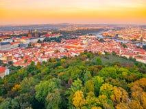 Panorama della città di Praga con il fiume del castello, di Lesser Town e della Moldava Sparato dalla torre dell'allerta di Petri Immagine Stock Libera da Diritti
