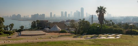 Panorama della città di Tel Aviv dal parco di Abrasha attraverso le sedere immagine stock