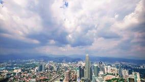 Panorama della città di vista di Cloudscape con le torri gemelle di Petronas Kuala Lumpur, Malesia stock footage