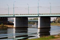 Panorama della città di Yaroslavl, un ponte sopra il fiume di Kotorosl Fotografie Stock