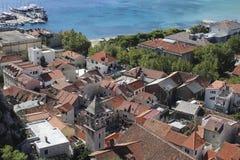Panorama della città e della spiaggia Omis nel Croatia Immagine Stock
