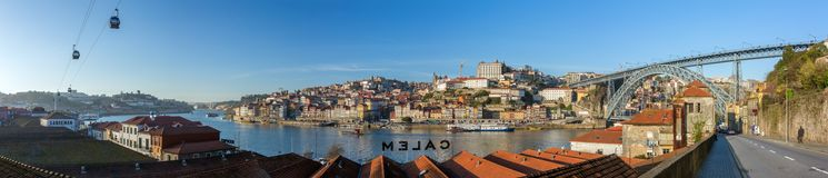 Panorama della città storica di Oporto con i DOM famosi Luis, cabine di funivia e barche di Ponte del ponte sul fiume del Duero,  Fotografie Stock Libere da Diritti