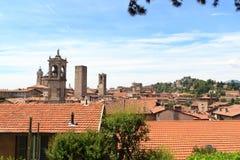 Panorama della città superiore Citta Alta con la collina San Vigilio e delle torri a Bergamo Fotografie Stock Libere da Diritti