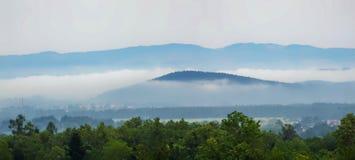 Panorama della collina di Sudetes in nuvole Immagini Stock