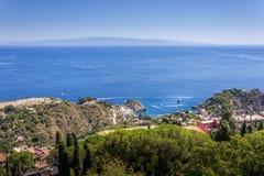 Panorama della costa del mare ionico dal teatro greco immagine stock