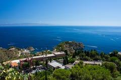 Panorama della costa del mare ionico dal teatro greco in Taormina fotografia stock