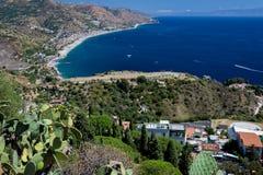 Panorama della costa del mare ionico dal teatro greco in Taormina immagini stock libere da diritti