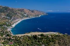 Panorama della costa del mare ionico dal teatro greco in Taormina immagine stock