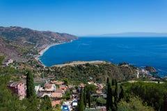 Panorama della costa del mare ionico dal teatro greco in Taormina fotografie stock libere da diritti