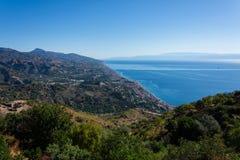 Panorama della costa del mare ionico dal villaggio i del ² di Agrà del ` di Forza D immagini stock