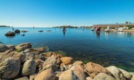 Panorama della costa di mare con le barche a vela Fotografia Stock