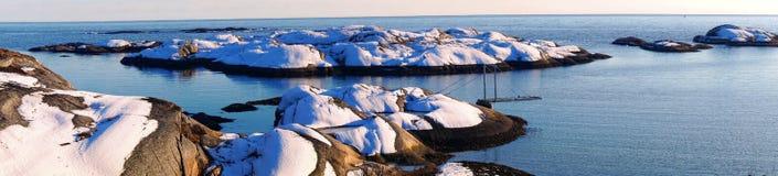 Panorama della costa rocciosa innevata del Mare del Nord Immagine Stock Libera da Diritti