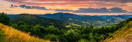 Panorama della cresta della montagna con il picco al tramonto Immagine Stock Libera da Diritti