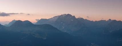Panorama della cresta delle montagne di Marmolada ad alba Immagine Stock Libera da Diritti